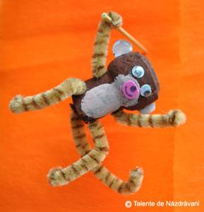 Maimuta confectionata din dop de pluta