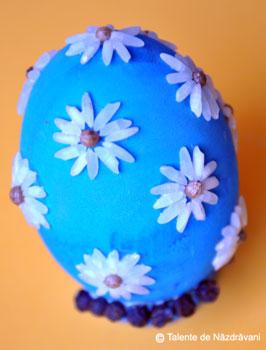 Ou de Paste din lemn decorat cu seminte