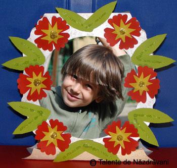 Rama foto din carton decorata cu flori din hartie glasata