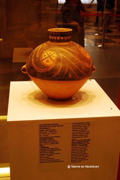 """Vas ceramic cu decorat cu patru volute meandrice. 3300-2050 i.Ch. In interior este redata ideograma \""""mi\"""", adica \""""orez\"""", cultura Majiayao, valea Fluviului Galben"""