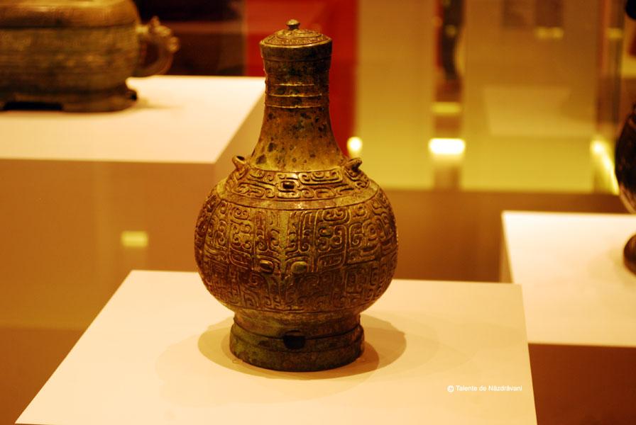 Vas de bronz decorat cu chipuri de animal. Vas pentru vin cu destinatie rituala. Perioada de mijloc a dinastiei Shang, XIV-XIII i.Ch.