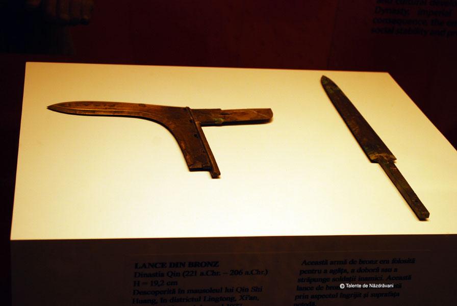 Lance din bronz - folosita pentru a agata, a lovi si a strapunge. Sulita din bronz- este inscriptionata, cand si de cine a fost facuta, si inseriata. Dinastia Qin, 221-206 i.Ch.