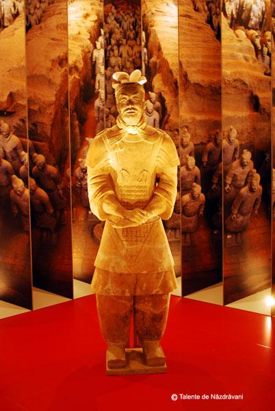 Statuie de teracota reprezentand un general in armura Ofiterul cu rangul cel mai inalt descoperit in armata de teracota. Este infatisat tinand cu ambele maini o sabie. Dinastia Qin 221-206 i.Ch.