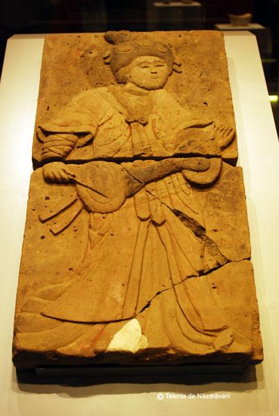 """Barbat care canta la toba. Perioada celor \""""Cinci dinastii si zece regate\"""", 907-960. Este unul din cei 28 de muzicieni cantand, parte a unui basorelief pictat ce decora un mormant din dinastia Tang."""