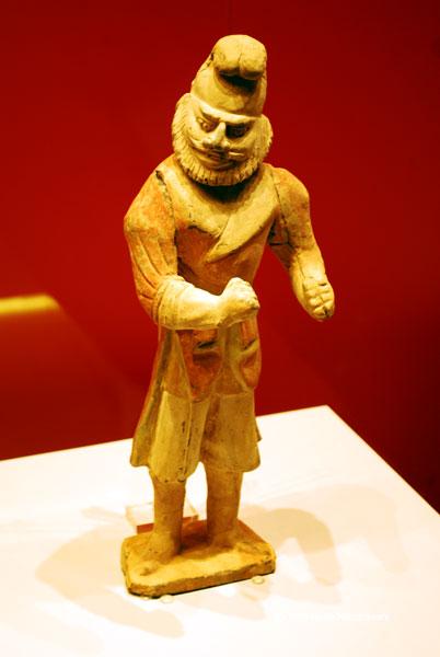Figurina ceramica pictata infatisand un strain. Obiect funerar reprezentand un indo-european. Dinastia Tang, 618-907