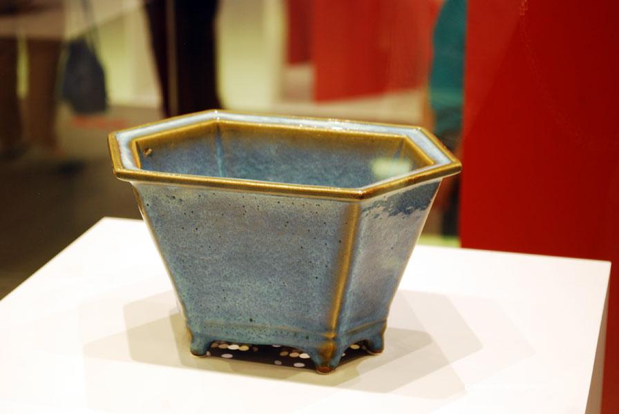 Vas hexagonal smaltuit albastru - centrul Jun. Face parte din colectia de la curtea dinastiei Quing. Dinastia Song 960-1271.