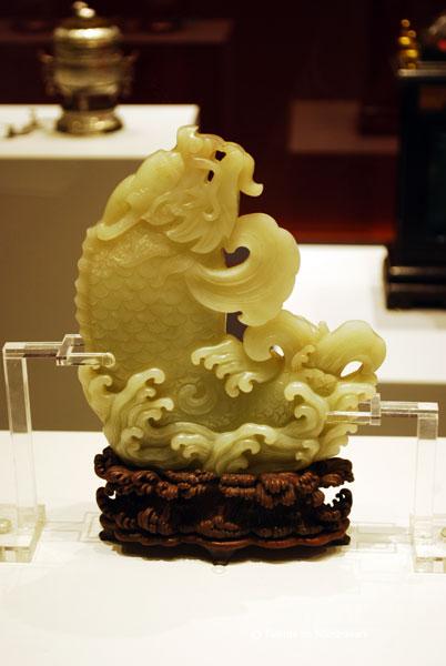 Receptacul floral din jad cu dragon si corp in forma de peste. Obiect decorativ de interior, simbolizand succesul in cariera unui oficial. Dinastia Quing 1644-1911