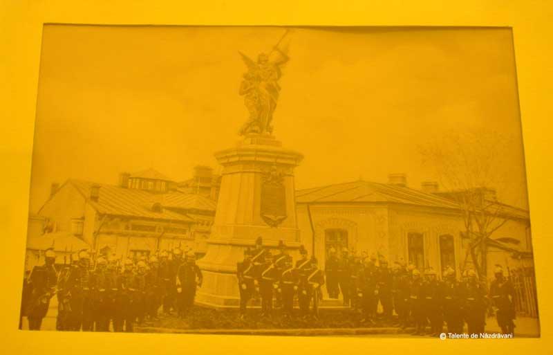 Monumentul Eroilor Pompieri (azi în fața hotelului Mariott)