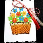 Mărțișor: coș țesut, decorat cu flori