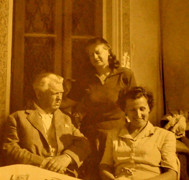 Fotografie din 1954. Sadoveanu cu soția sa, Valeria, și fiica lor,Profira