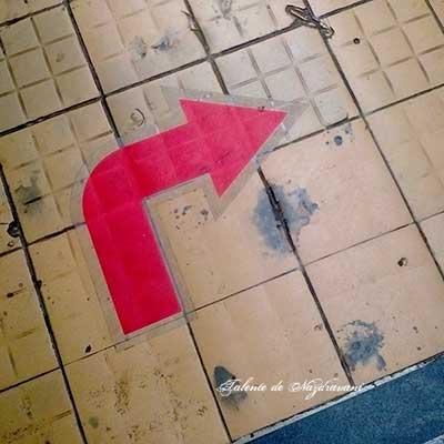 Obligatoriu, curbă la dreapta (la scările rulante)