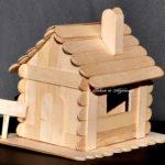 Căsuță de lemn din bețe late