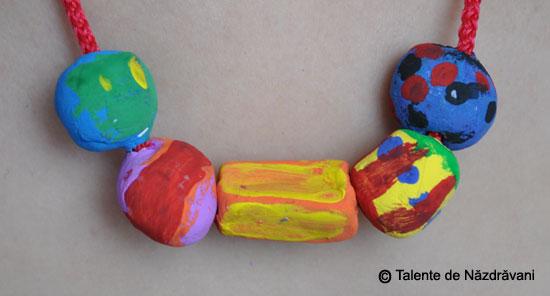 Margele modelate din pasta ceramica si pictate