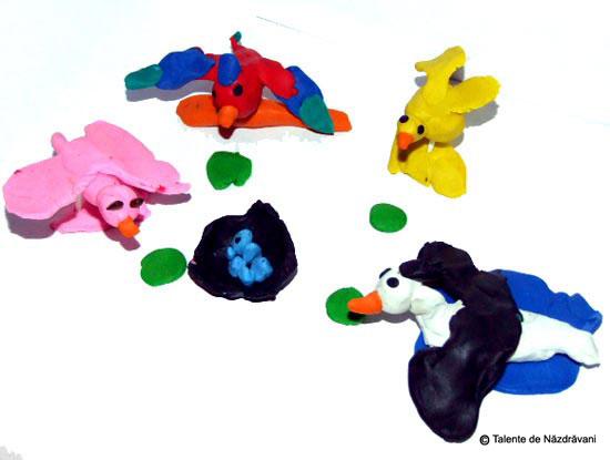 Silvia, Un flamingo, un pui de gaina, o barza si un papagal care s-au adunat sa cloceasca un cuib cu oua albastre... sa fie de cuc? :) Pana atunci insa sunt in pauza de masa si au primit portia de pranz :).