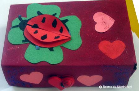 Cutie decorata pentru cadou
